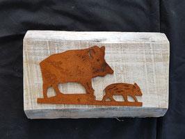 Bache mit Frischling auf Holz