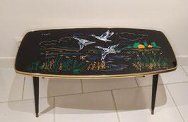 Table basse vintage années 1960, pieds fuselés, plateau imprimé envol d'oies