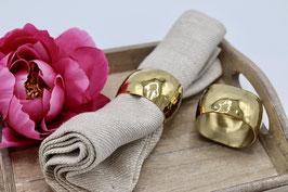 Rond de serviette en métal doré.