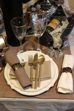 Couverts de table en métal doré