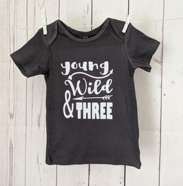 Birthday Shirt - Young Wild and Three - weiss auf dunkelgrau 98