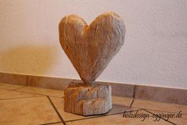 Herz aus Holz geschnitzt