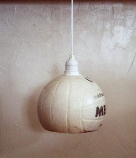 Ein alter Volleyball, als Lampe