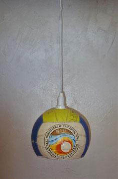 Ein alter Volleyball, als Lampe