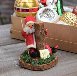 Kerstman met boomstronk