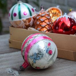 Kerstbal roze/wit, versierd