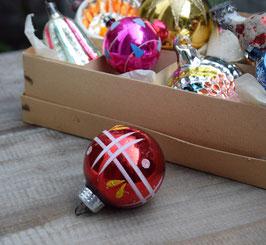 Kerstbal rood, versierd