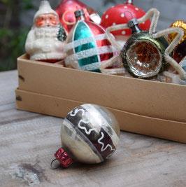 Kerstbal zilver/donkergroen, versierd II