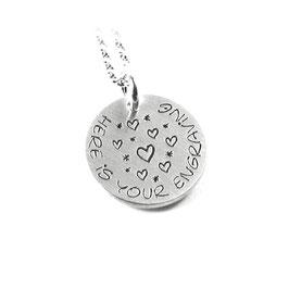 Runder Anhänger mittig mit Herz Symbolen und Ihrer Gravur aus 925 Silber  PS224 KE2
