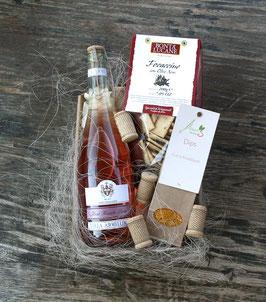 Kleiner Schlemmerkorb mit einer Flasche Rotwein