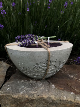 Outdoorkerze -Blumengravur- mit lila Wachs & Lavendelduft
