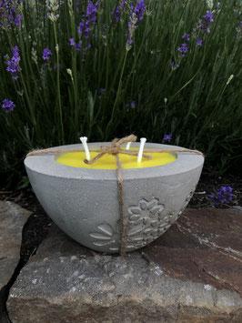 Outdoorkerze -Blumengravur- mit gelbem Wachs & Citronelladuft