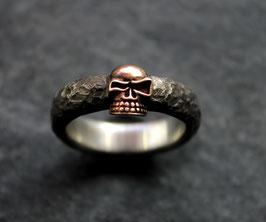Schmaler Ring mit Bronzeskull