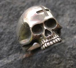 Skull mit umgekehrtem Kreuz