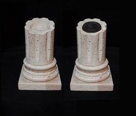 Frammento di colonna in travertino