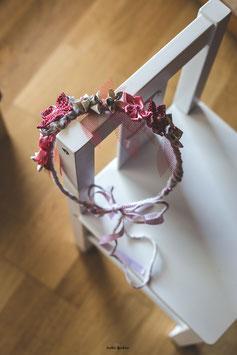 Collection Séverine. Couronne en fleurs éternelles en papier origami manga et tissus rouge et blanc