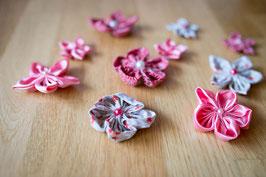 Collection Séverine. Lot fleurs kanzashi rose, gris fleuri et rouge pour décoration