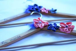 Collection Céline, rose et bleu – Cintre pour tenue de cérémonie personnalisé avec des fleurs en tissu, rose et bleu