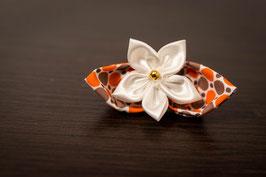 Collection Alice. Boutonnière avec fleur en tissu ivoire, doré et orange