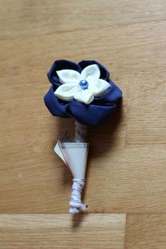 Collection Laure. Boutonnière marié 1 fleur éternelle en tissu bleu marine et blanche