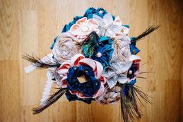 Collection Sabine. Bouquet de mariée éternel en tissu et papier bleu canard et pêche avec des plumes de paon