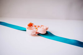 Collection Sabine. Bracelet cortège avec fleur en tissu pêche sur ruban en satin bleu canard