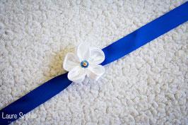 Collection Justine. Bracelet en fleur en tissu ivoire sur ruban en satin bleu nuit