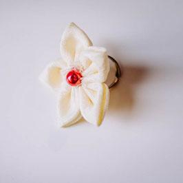 Collection Eugénie. Bague fleur en tissu ivoire avec perle rose framboise