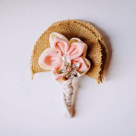 Collection Eugénie. Boutonnière marié en fleurs en tissu et papier à musique rose poudré et ivoire