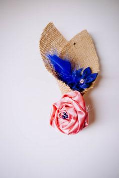 Collection Céline, rose et bleu – Boutonnière marié en fleurs en tissu et toile de jute, rose et bleu