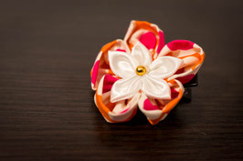 Collection Alice. Barrette fleur en tissu ivoire, rose et orange