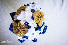 Collection Justine. Bouquet de mariée en tissu ivoire avec touches de bleu nuit et doré