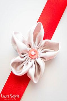Collection Marion. Bracelet témoin en fleurs en tissu argenté sur ruban rouge