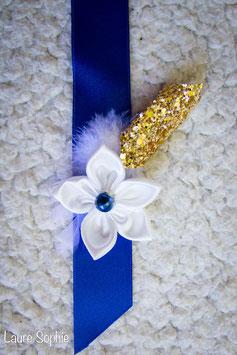 Collection Justine. Boutonnière marié avec fleur en tissu ivoire et touches de bleu nuit et doré