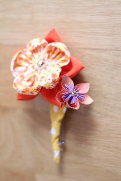 Collection Naomi. Boutonnière marié en origami et fleur en tissu jaune, orange et doré