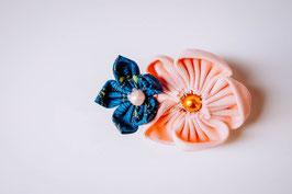 Collection Sabine. Barrette petite fille avec fleurs en tissu pêche et bleu canard