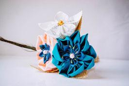 Collection Sabine. Mini bouquet éternel en tissu et papier bleu canard et pêche avec des plumes de paon