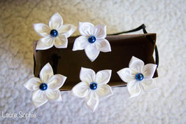 Collection Justine. Epingles à chignon fleur en tissu ivoire avec touches de bleu nuit et doré
