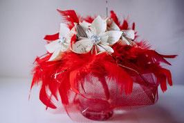 Collection Séverine. Centre de table en fleurs en papier origami manga et plumes rouges