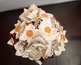Collection Cindy. Bouquet de mariée en fleurs en tissu ivoire et marron avec bouchon en liège et origami