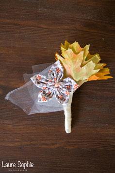 Collection automne. Boutonnière marié automne en fleur en tissu et feuilles
