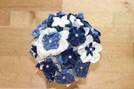 Collection Laure. Bouquet de mariée original en fleurs éternelles en tissu et papier bleu marine et blanche