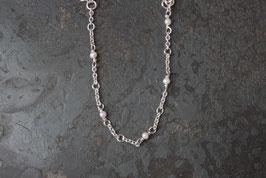 Einfaches Bettelarmband mit Perlen