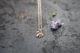 Neu Vergissmeinnicht Blüte an einer Silberkette