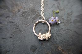 Vergissmeinnicht Blüten an einem Silberring mit Ösenkette
