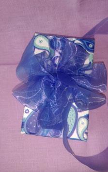 AA. Коробочка с узором белых, голубых и фиолетовых лепестков