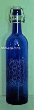 Bouteille en verre bleu cobalt 0,75 L gravée avec Fleur de vie (Modèle 4) et mots Sacrés