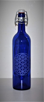 Bouteille en verre bleu cobalt 0,75 L gravée avec Fleur de vie (Modèle 1)