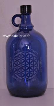Bouteille en verre bleu cobalt 2L gravée avec Fleur de vie (modèle 2) et mots sacrés