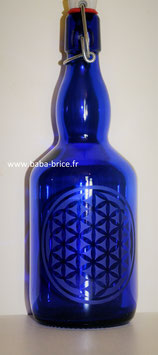 Bouteille en verre bleu cobalt 0,75 L gravée avec Fleur de vie (Modèle 2)